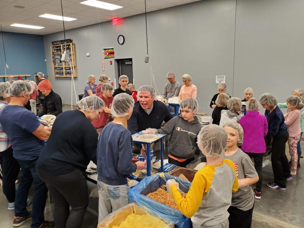 Pakowanie jedzenia do krajów misyjnych